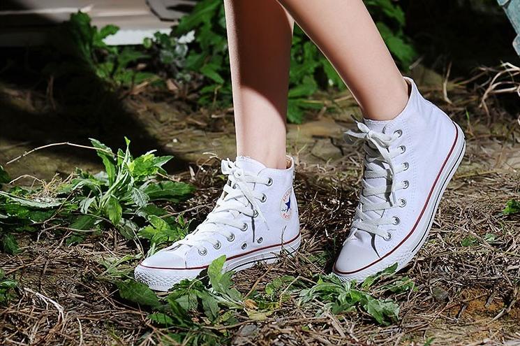 Theo các nhà nghiên cứu tại Đại học Witwatersrand (Nam Phi), con người đã sử dụng giày để có đôi chân khỏe mạnh cách đây hơn 2000 năm. Kể từ đó đến nay, giày là thứ mà con người không thể thiếu, và cũng từ đó hình thành thói quen mang giày. Thậm chí, nó đã trở thành bản năng của con người lúc nào không hay. (Ảnh: Diply)