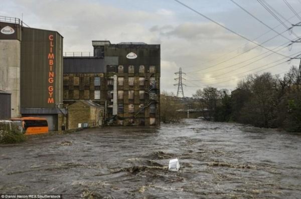Trong nhiều năm qua, đây là lần đầu tiên Vương Quốc Anh phải chứng chịu một đợt mưa lũ kéo dài khiến cả lãnh thổ chìm trong biển nước. Có ít nhất 355 cảnh báo lũ lụt đã được ban bố ở Anh, Scotland và xứ Wales. Trong số đó, 15 cảnh báo lũ lụt ở mức báo động cao nhất đã được ban hành. (Ảnh: Internet)