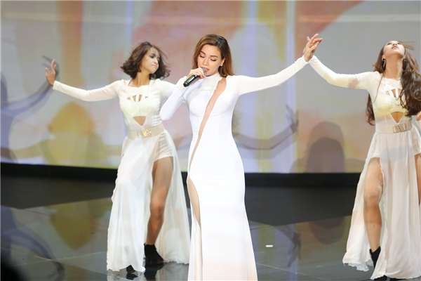 """""""Toát mồ hôi"""" trước màn biểu diễn cực nóng của Hà Hồ, Hoàng Thùy Linh"""