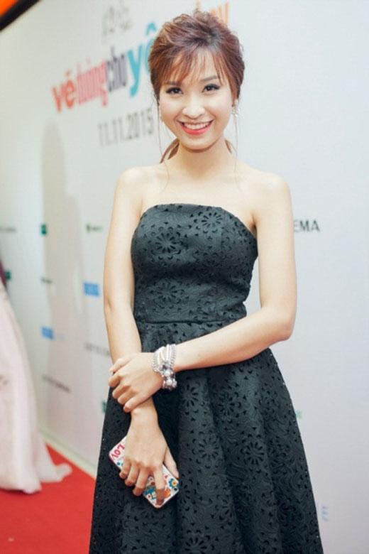Trông cô nàng có nét đẹp vừa cổ điển, vừa hiện đại khi diện bộ đầm đen cúp ngực với nhiều đường nét họa tiết hoa