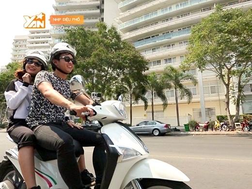 """Tình nguyện làm """"tài xế"""" chở nàng du ngoạn khắp phố phường bằng xe máy."""
