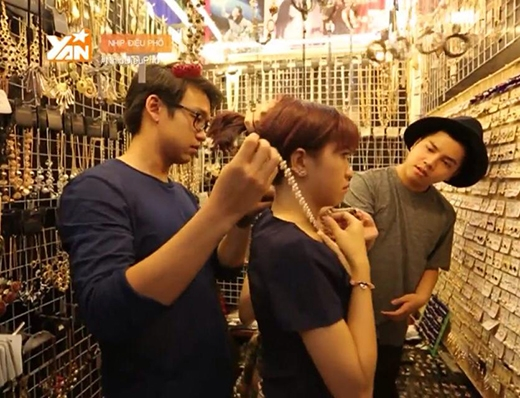 Quang Bảo chu đáo và tỉ mỉ đeo dây chuyền giúp Kim Nhã.