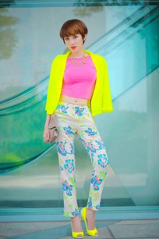 Yumi Dương cũng tự tin phối hợp nhiều quần áo có hoa văn và màu sắc chói sáng nổi bật như hồng cánh sen và vàng neon.