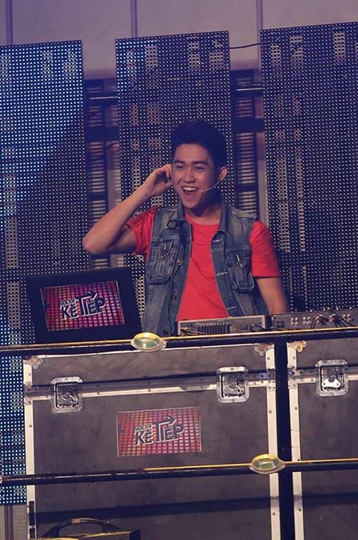 Một trong những yếu tố thu hút sự chú ý của chương trình Người kế tiếp đó chính là phong cách đánh nhạc ấn tượng và tự tin của chàng DJ hot boy Quốc Bảo.