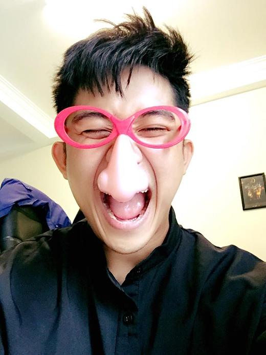 Quốc Bảo vui sướng tít mắt khi sở hữu cặp kính hồng dễ thương và chiếc mũi to nhất thế giới!