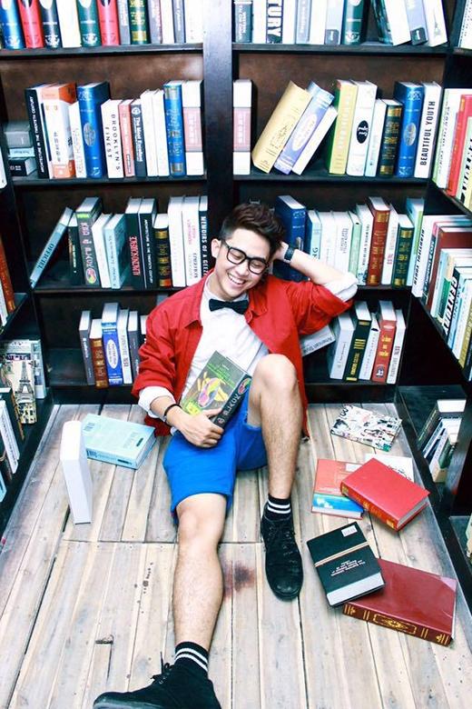"""Quốc Bảo luôn biết cách tạo cho mình sự khác biệt nhưng vẫn hợp thời trang khi kết hợp áo khoác, nơ, áo sơ mi, quần short và giày bata với đầy đủ màu sắc nổi bật cùng cặp kính """"chuẩn mọt sách""""."""