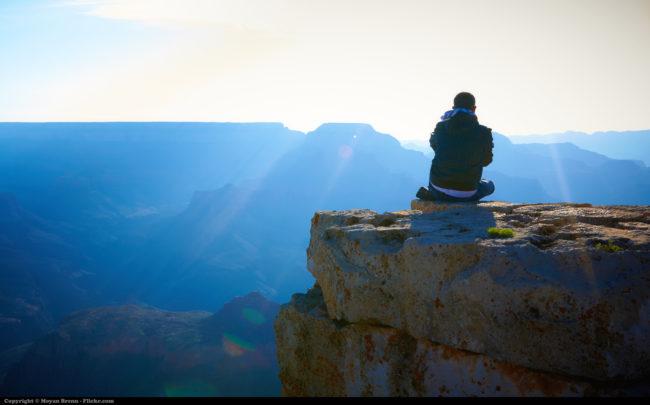 Ngồi thiền ít nhất 10 phút mỗi ngày để cho đầu óc tĩnh tâm, thư thái là điều nên làm. (Ảnh: Viralnova)