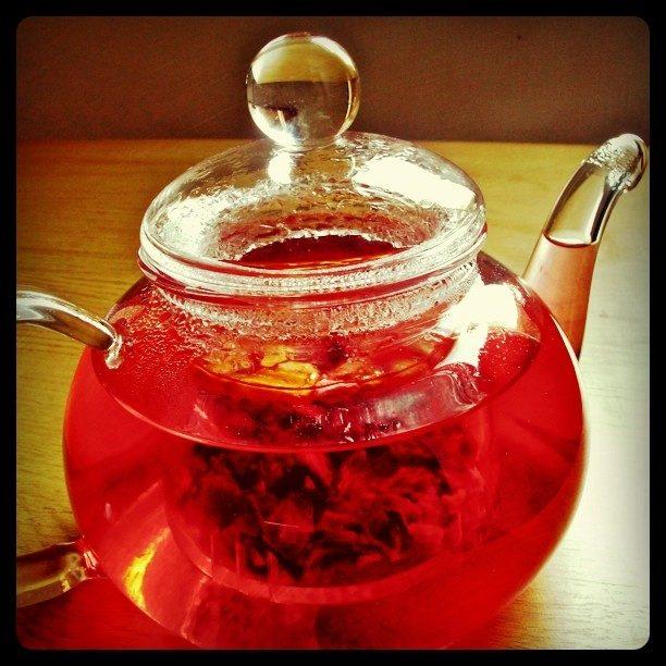 Trà thảo dược là thứ giúp giải độc cơ thể tốt nhất. Nếu không có, hãy làm một tách trà xanh cũng được, nó sẽ giúp bạn ngăn ngừa nhiều bệnh, trong đó có ung thư. (Ảnh: Viralnova)