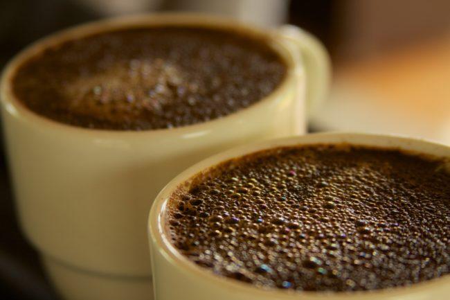 Rất nhiều người có thói quen uống cà phê pha đường. Nhưng nếu có thể, hãy giảm lượng đường đến mức thấp nhất. (Ảnh: Viralnova)