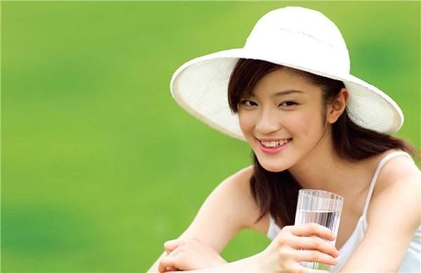 Hãy mang theo một chai nước nhỏ bên mình, nó sẽ giúp bạn rất nhiều đấy!. (Ảnh: Viralnova)