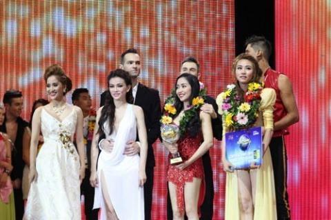 Khánh Thi (ngoài cùng bên trái) trước giờ công bố giải chung kết Bước nhảy hoàn vũ 2014 - Tin sao Viet - Tin tuc sao Viet - Scandal sao Viet - Tin tuc cua Sao - Tin cua Sao
