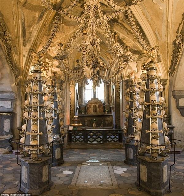 Từ năm 1870, anh thợ mộcFrantišek Rint đã bắt đầu trang trí nhà thờSedlec Ossuary ởngoại ô thành phố Kutna Hora, Cộng HòaSéc bằng hơn 70.000 bộ xương người. (Ảnh: Internet)