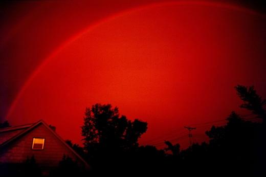 Mặt trời càng thấp thì cầu vồng càng đỏ. (Nguồn: wikipedia)
