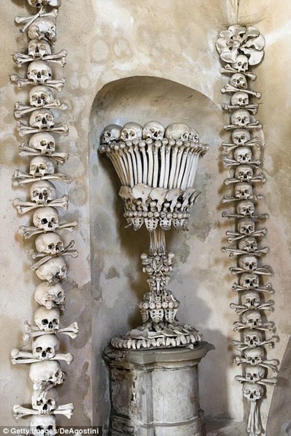Ban đầu, vốn dĩ những nạn nhân này được chôn ở nghĩa địa nhà thờ vào cuối thếkỉ15. Sau đó, nghĩa địa này bị buộc phải giải tỏa nên những bộ xương được khai quật và sử dụngtrang hoàng nhà thờ cho đến nay. (Ảnh: Internet)