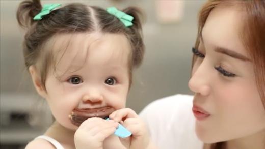 Xuýt xoa với những khoảnh khắc quá dễ thương của con gái Elly Trần