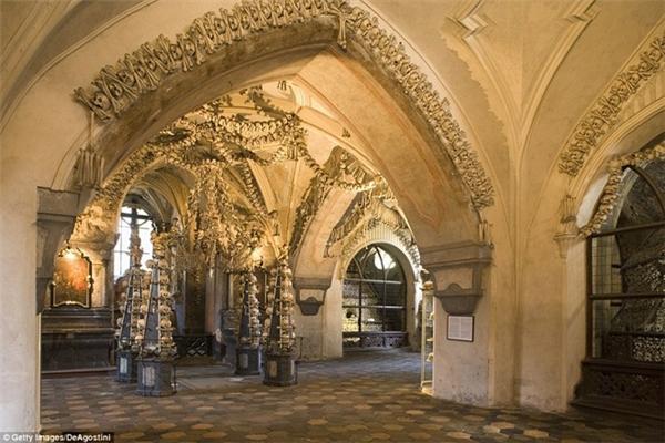Nhà thờSedlec Ossuary thu hút hàng trăm ngàn lượt du khách hàng năm chính nhờ sự độc đáo trong cách trang trí này. (Ảnh: Internet)