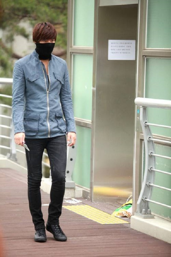 Nếu như Lee Min Ho chỉ đeo khẩu trang như phụ kiện thường ngày...