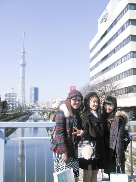 """Nhã Phương và các bạn thắng giải """"Vi vu Nhật Bản"""" đến tham qua trụ sở KAO tại Nhật Bản."""