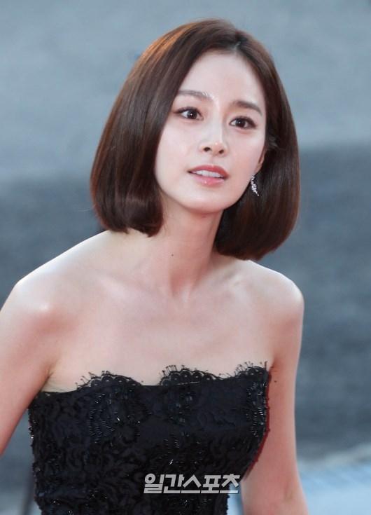 Xuất hiện ở vị trí đầu tiên không ai khác chính là nữ diễn viên Kim Tae Hee. Không chỉ là một trong những niềm tự hào của Hàn Quốc, ngoài nhan sắc không tì vết, cô nàng còn sở hữu trí thông minh và thành tích học tập vô cùng đáng nể. Kết quả này không có gì bất ngờ khi Kim Tae Hee chưa bao giờ vắng mặt trong các cuộc bình chọn nhan sắc nhiều năm qua.