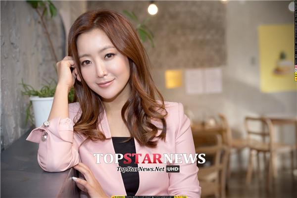 Từ những ngày cắp sách đến trường, Kim Hee Sun đã được mọi người chú ý nhờ gương mặt trái xoan cùng sóng mũi cao thanh thoát. Sau khi gia nhập làng giải trí, cô được đánh giá là mĩ nhân đẹp nhất màn ảnh Hàn những năm 90. Dù vướng vào khá nhiều nghi vấn phẫu thuật thẩm mĩ nhưng Kim Hee Sun vẫn đứng thứ hai trong danh sách những nhan sắc đại diện cho thập niên đầu thế kỉ 21 tại xứ sở kim chi.