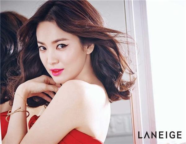 Song Hye Kyonổi tiếng là ngôi sao sở hữu vẻ đẹp tự nhiên tại Hàn Quốc, bất chấp làn sóng chỉnh sửa sắc đẹp của phụ nữ khá phát triển tại quốc gia này.Song Hye Kyoluôn có mặt trong top 10Nữ nghệ sĩ có làn da đẹp nhất xứ Hàn, Nghệ sĩ có gương mặt mộc hoàn hảo nhất Hàn Quốc…Dù đã bước sang tuổi 33 nhưng vẻ đẹp của nữ diễn viênFull Housevẫn không đổi theo thời gian và luôn được ngưỡng mộ.
