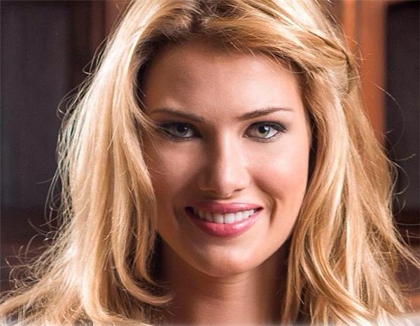 Tân hoa hậu sinh năm 1992. Ở quê nhà, Mireia là người mẫu chuyên nghiệp. Bên cạnh đó, cô đang theo học chuyên ngành dược với mục tiêu thiết lập sự nghiệp kinh doanh trong lĩnh vực dinh dưỡng.