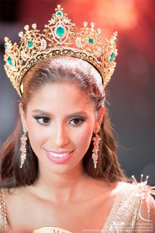 Nhan sắc đăng quang cuộc thiMiss Grand International 2015 (Hoa hậu Hòa bình Thế giới) là đại diện Cộng hòa Dominica -Anea Garcia. Trong đêm chung kết,Anea khiến nhiều khán giả xúc động khi bật khóc nức nở trên sân khấu. Cô kể mình chào đời từ một vụ cưỡng bức, không biết bố mình là ai nhưng ông chính là người ảnh hưởng nhất đến cuộc sống của cô. Cô học cách chấp nhận hoàn cảnh và tha thứ cho người bố đó.