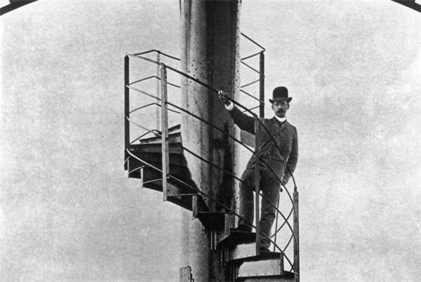 Cầu thang bộ xoắn ốc lên tháp Eiffel