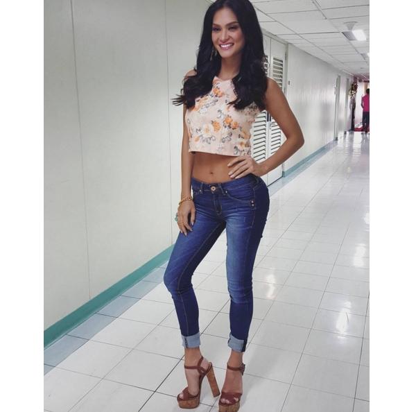 """So với các ứng viên nặng ký khác của cuộc thi Hoa hậu Hoàn vũ vừa qua,Pia Wurtzbach không hề có lợi thế về chiều cao. Tuy tuyên bố chiều cao là 1m73, nhưng nhiều người nhận ra rằng số đo thực sự của cô chỉ khoảng 1m69 bởi trông cô thấp hơn hẳn Phạm Hương - đại diện Việt Nam. Có lẽ để """"ăn gian"""" chiều cao nên người đẹp Philippines thường chọn kiểu quần jeans ôm chịt xắn gối cùng guốc đế thô cao chót vót. Kiểu ăn diện này khiến dáng cô trông """"thô"""" hơn hẳn."""