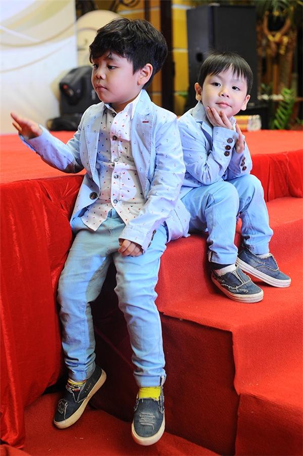 Hai con trai Bảo Minh, Nhật Minh của nam MC diện vest giống hệt nhau,trông hết sứcđáng yêu, kháu khỉnh. - Tin sao Viet - Tin tuc sao Viet - Scandal sao Viet - Tin tuc cua Sao - Tin cua Sao