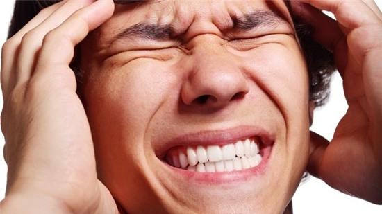 Những cơn đau đầu sẽ hành hạ bạn nếu ngủ với tóc ướt. Ảnh: Gawker