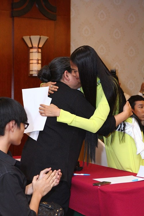 Trương Thị May nghẹn ngào ôm chầm lấy mẹ trong ngày được cấp phép dự thi Hoa hậu Hoàn vũ 2013. - Tin sao Viet - Tin tuc sao Viet - Scandal sao Viet - Tin tuc cua Sao - Tin cua Sao