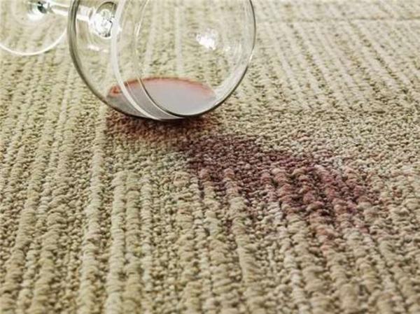 Vết rượu vang trên thảm có thể được làm sạch bằng dầu gội. (Ảnh: Internet)