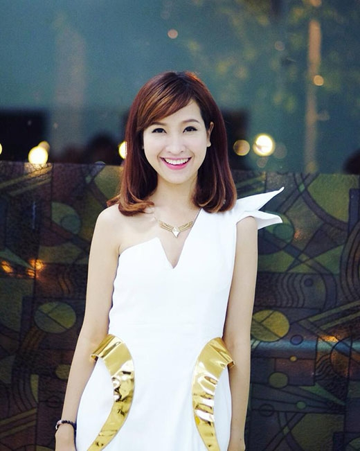 Kim Nhã xinh đẹp trong bộ váy ôm sát cách điệu vai và vùng eo, phối hợp với phụ kiện dây chuyền được thiết kế ấn tượng, cùng tông màu vàng ở phầneo, làm nổi bật lên sự sang trọng và tinh tế của bộ trang phục.