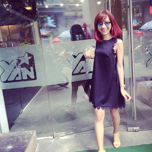 """Kim Nhãthường lựa chọn váy với tông đen """"huyền bí"""" và sang trọng."""