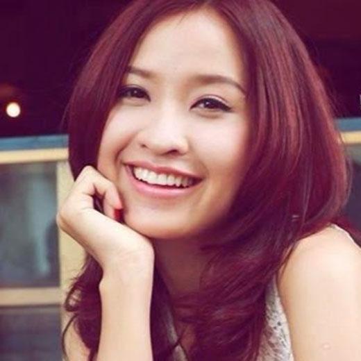 Những kiểu tóc dài, uốn xoăn nhẹ luôn tạo cảm giác dịu dàng và nữ tính cho Kim Nhã.