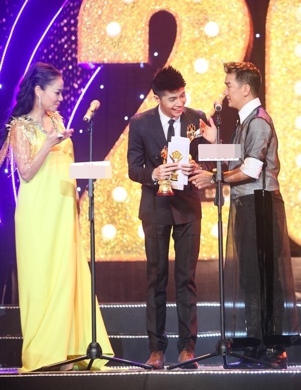 Trước đó,đầu năm 2015, Noo Phước Thịnh cũng lập cú đúp khi giành chiến thắng hạng mục Nam ca sĩ được yêu thích nhất tại 2 lễ trao giải HTV Awards lẫnMai Vàng 2015. - Tin sao Viet - Tin tuc sao Viet - Scandal sao Viet - Tin tuc cua Sao - Tin cua Sao