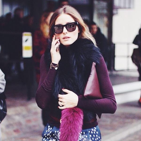 Chiếc khăn lông pha màu rực rỡ mang tên Popsicle của thương hiệu Charlotte Simone là món phụ kiện vừa ấm áp lại vừa siêu nổi bật mà các tín đồ thời trang quốc tế diện với tần suất dày đặc trong mùa đông này.