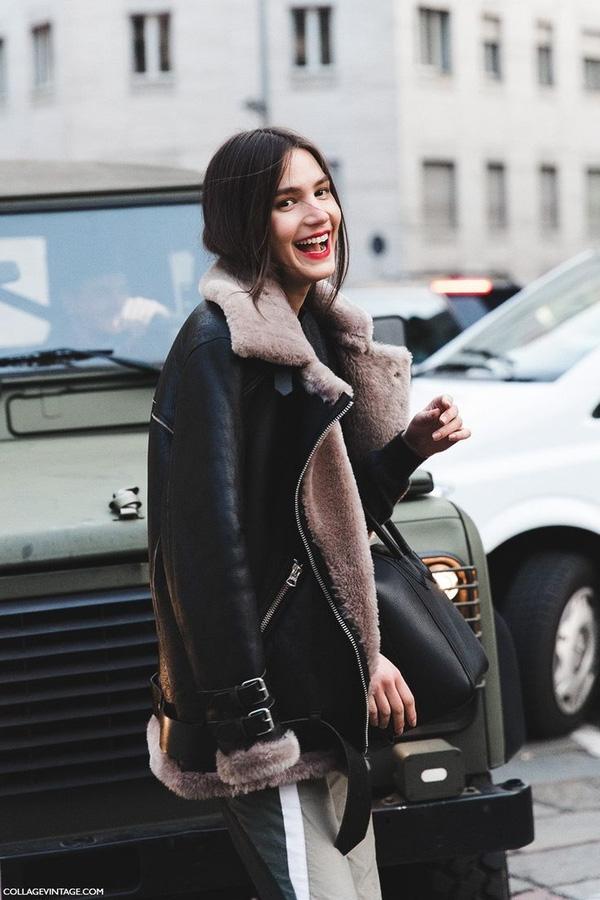 """Không phải áo khoác oversized, áo khoác blanket mà chính jacket da lót lông mới là kiểu áo """"đinh"""" của năm nay. Trong số đó, phiên bản của thương hiệu Acne là được lòng các tín đồ thời trang hơn cả."""