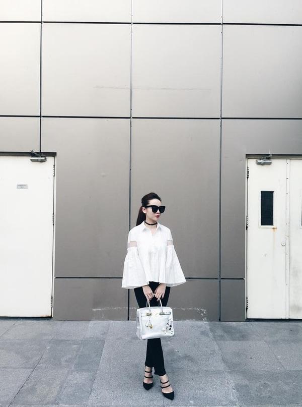 Kiểu áo tay chuông (phần ống tay loe ra như chiếc chuông) là item có sức hút đặc biệt đối với những cô nàng yểu điệu.