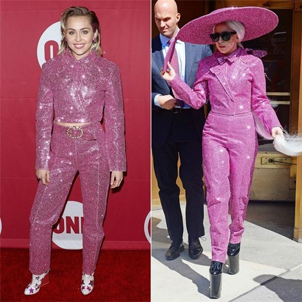 Đều là những người chuộng phong cách thời trang nổi loạn, thích tạo điểm nhấn, Miley Cyrus và Lady Gaga chọn chung bộ đồ màu hồng đính kim tuyến lấp lánh. Tuy nhiên, mỗi người có cách phối riêng. Giọng caBorn this wayvẫn kiểu cách và cầu kỳ hơn.