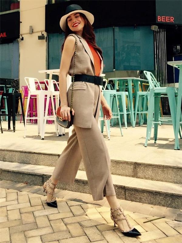 """Quần culottes là một trong những trào lưu """"làm mưa, làm gió"""" trong năm 2015. Không nằm ngoài vòng xu hướng, nữ ca sĩ diện bộ suits đồng màu tự tin thả dáng trên đường phố Sài thành."""