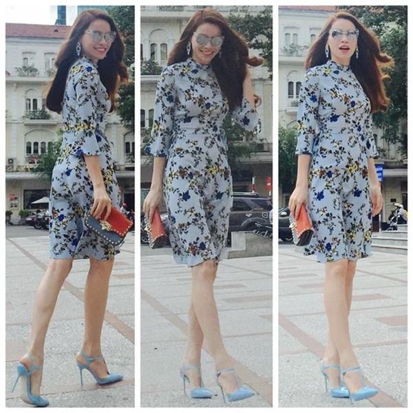 Váy họa tiết in hoa và giày cao gót tiệp gam xanh pastel nhã nhặn. Thiết kế màu nhạt xua tan không khí oi bức ngày hè.