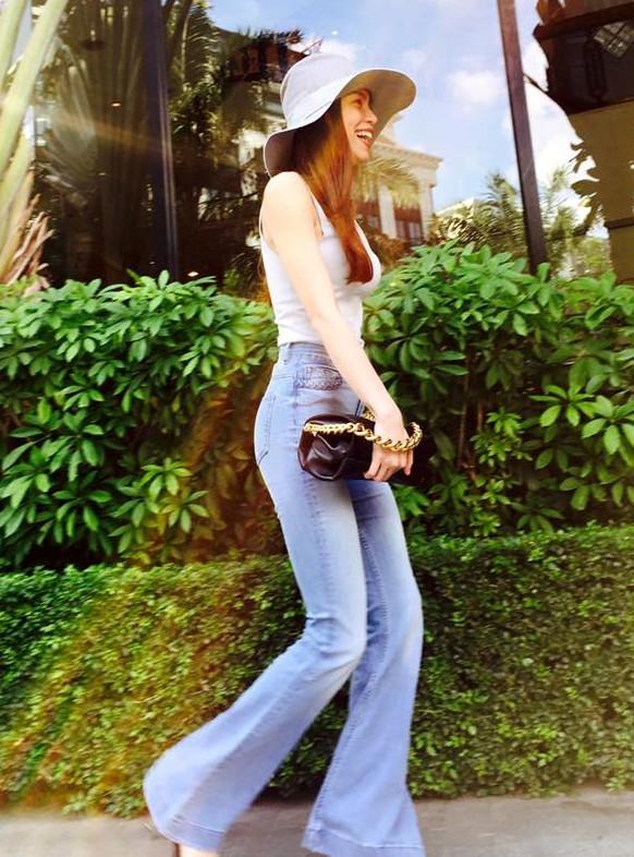Với quần ống loe phong cách thập niên 1970, Hồ Ngọc Hà chọn cách mix đơn giản nhưng toát lên hình ảnh thanh lịch.