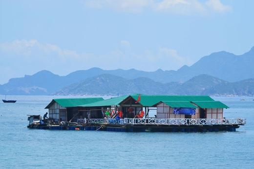 Những bè nổi như thế nào nằm rải rác quanh đảo, phục vụ nhu cầu ăn uống và nghỉ ngơi cho du khách.(Ảnh: Internet)