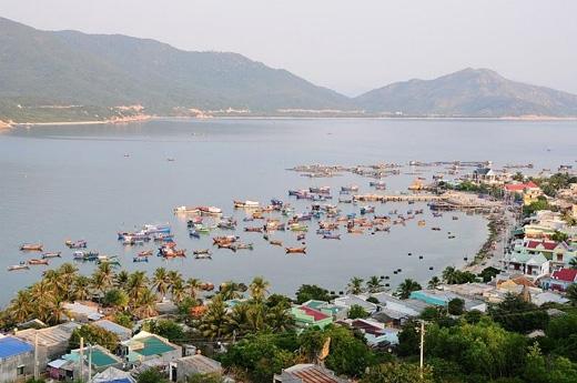Thuyền đánh cá và làng chài nép mình yên bình bên những hàng dừa rợp bóng mát.(Ảnh: Internet)