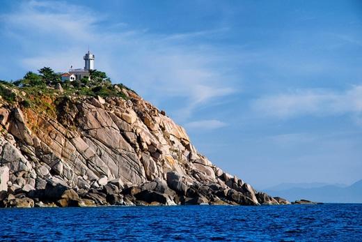 Hải đăng Hòn Chút, một địa điểm tham quan nổi tiếng ở đây. Đứng trên đỉnh hải đăng và phóng tầm mắt ra xa, bạn sẽ thấy choáng ngợp trước đất trời bao la của hòn đảo với biển sâu trải dài và những đảo, núi trập trùng nằm yên bình trước mắt.(Ảnh: Internet)