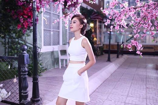 Tuyền Tăng không thường diện váy, nếu có thì một trong những kiểu dángưa thích của cô nàng là áo croptop ton-sur-ton vớiváycó đính túi hai bênnhư thế này đây!