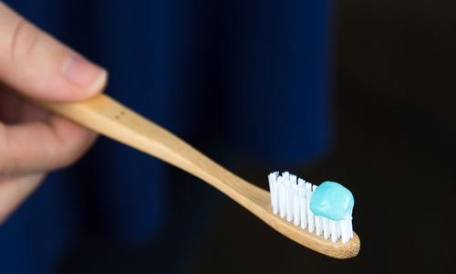 Người trưởng thành chỉ cần lượng kem đánh răng tương đương hạt đậu mỗi lần vệ sinh.