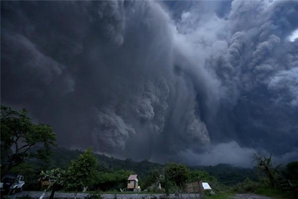Tro bụi khổng lồ sau vụ phun trào ở núi lửa Colima, Tây Mexico cuồn cuộn trên bầu trời khiến cho người xem cảm giác như đây chính là khoảnh khắc bầu trời ngày tận thế.